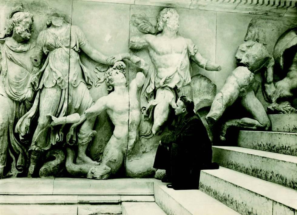 Charlie Chaplin en el Museo de Pérgamo durante su visita a Berlín en 1934.