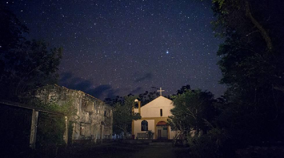 El cielo estrellado sobre la iglesia de Bojayá, en 2015.