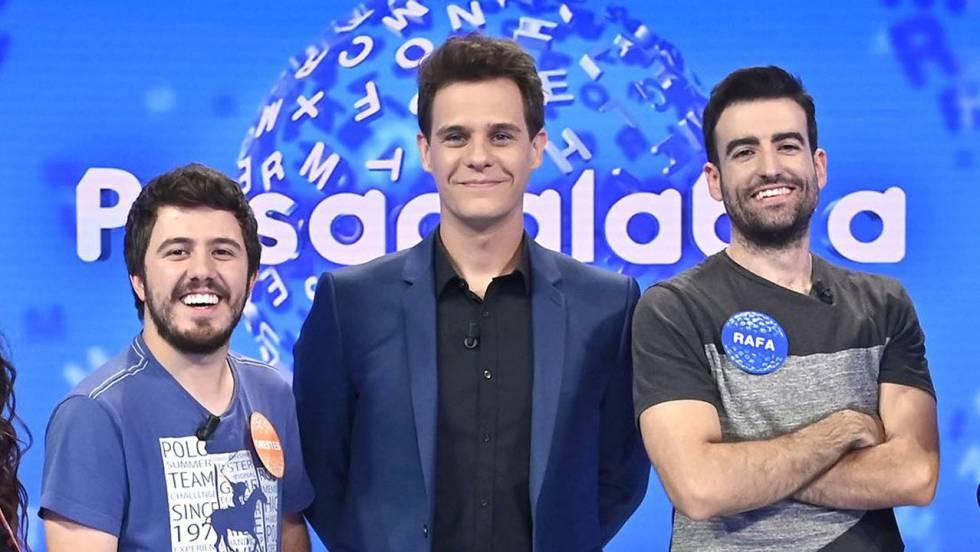 Christian Gálvez, acompañado por los dos últimos concursantes de 'Pasapalabra', Orestes y Rafa.