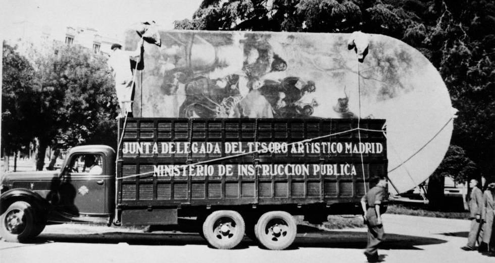Uno de los primeros camiones cargados con pinturas sale del Prado en noviembre de 1936 con destino a Valencia.