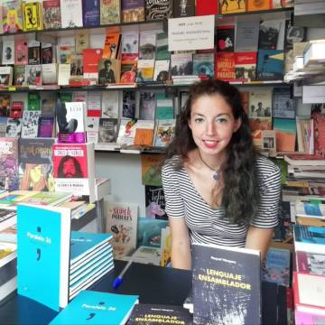 La escritora Raquel Vázquez, en la Feria del Libro de A Coruña, el pasado agosto.
