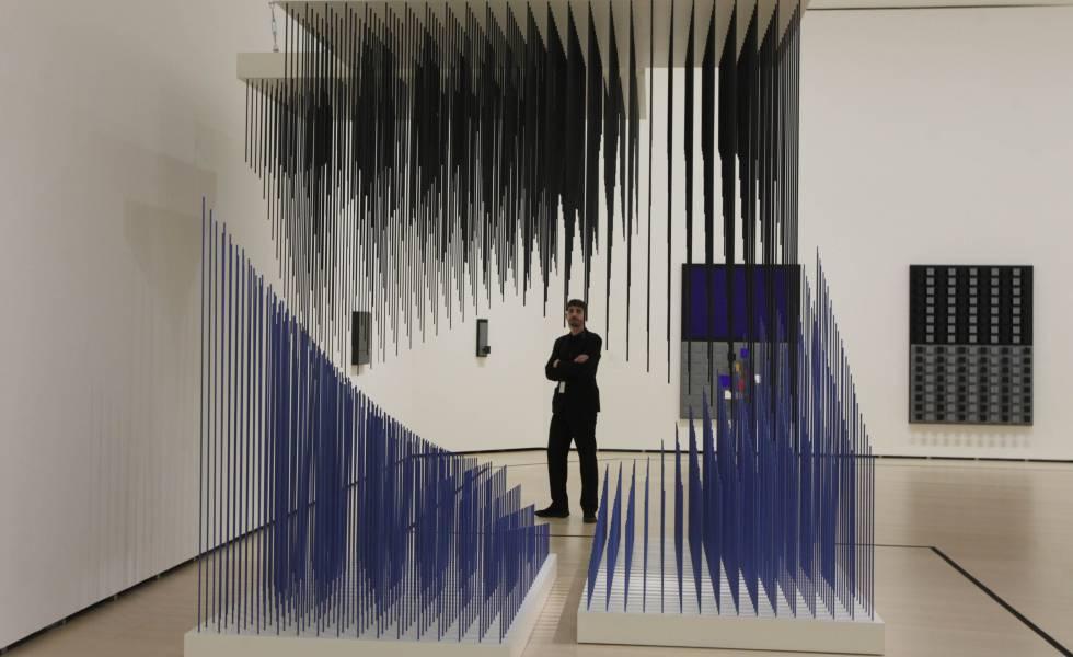 La obra 'Doble progresión azul y negra', del artista Jesús Rafael Soto, en el museo Guggenheim de Bilbao.
