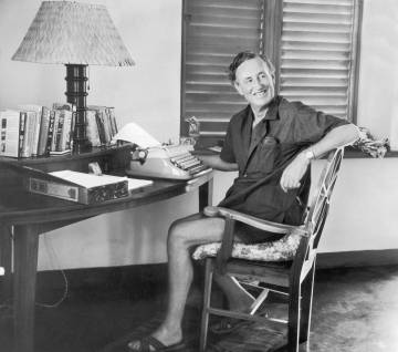 El escritor Ian Fleming, sentado ante su máquina de escribir en su casa de Jamaica que llamó Goldeneye.