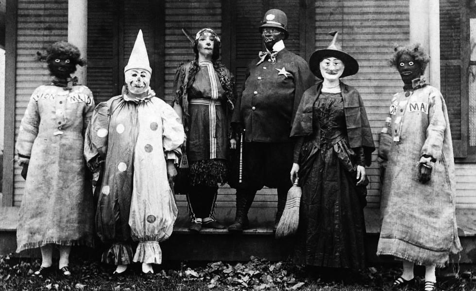 Un grupo de personas con disfraces, en una imagen sin fecha.