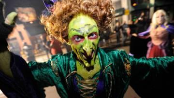 Una mujer disfrazada de bruja participa en un desfile en Salem, Massachusetts (Estados Unidos), el 4 de octubre de 2018.
