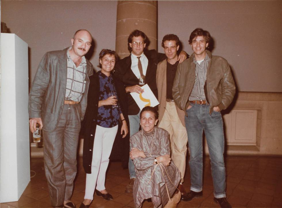 Desde la izquierda, Ferran García Sevilla, Menchu Lamas, el comisario de la muestra Donald Sultan, Carmen Giménez (agachada), José María Sicilia y Miguel Ángel Campazo, en 1985, en la exposición 'Europalia'.