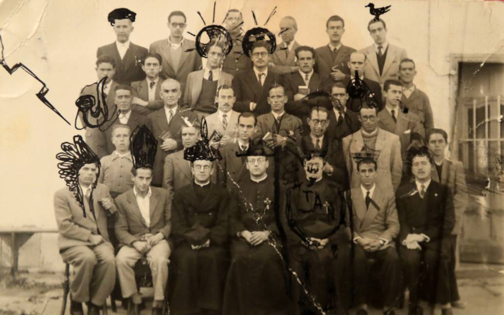 Rafael Sánchez Ferlosio (third from the left in the second row from above), with his classmates and teachers from the Jesuit College of Villafranca de los Barros (Badajoz), where he studied as a teenager. The photograph is retouched with drawings of the writer