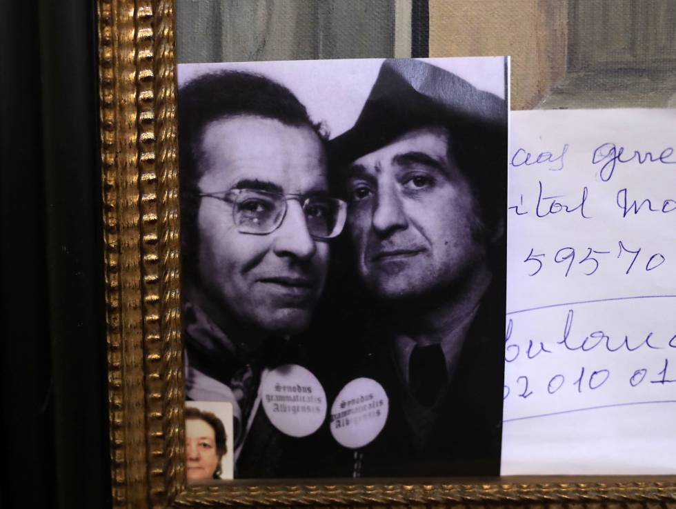 Ferlosio, on the right, with his friend Agustín García Calvo, in a photograph placed on a painting of his house. On the flap they carry the sheet they made for one of their colloquies on grammar. Superimposed, photograph of his widow, Demetria Chamorro.