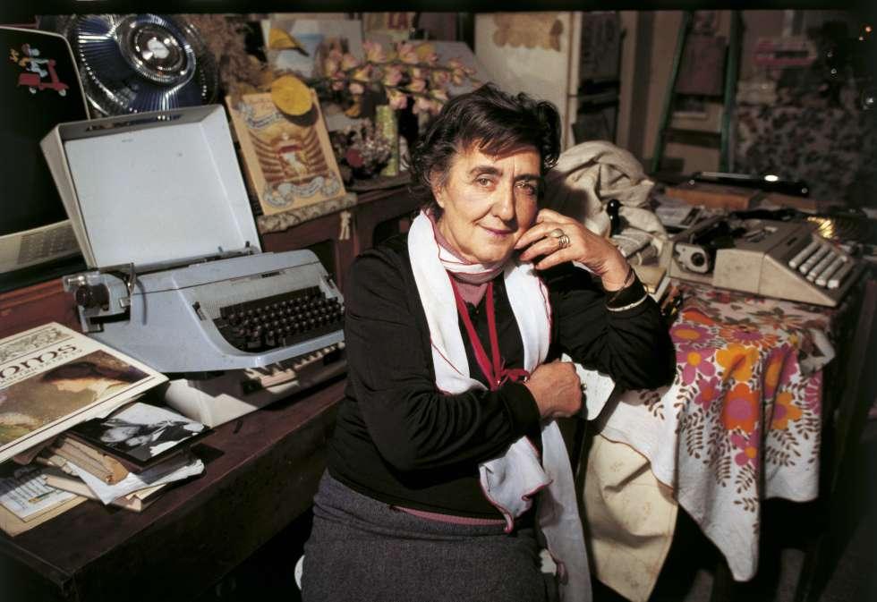 Retrato de Alda Merini en su despacho en los años ochenta.
