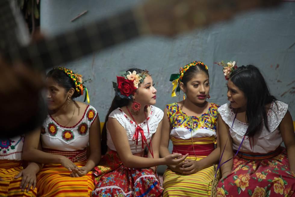 Niñas de Jaltipan esperan su turno para bailar durante un fandango.