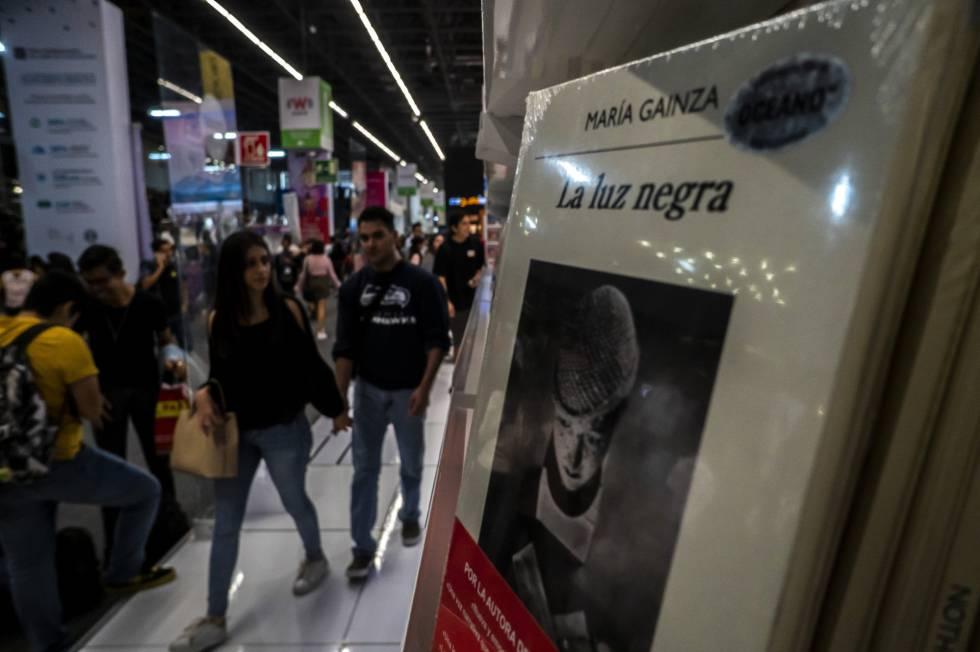 Visitantes de la FIL observan el libro de María Gainza 'La luz negra', ganador del premio Sor Juana Inés de la Cruz.