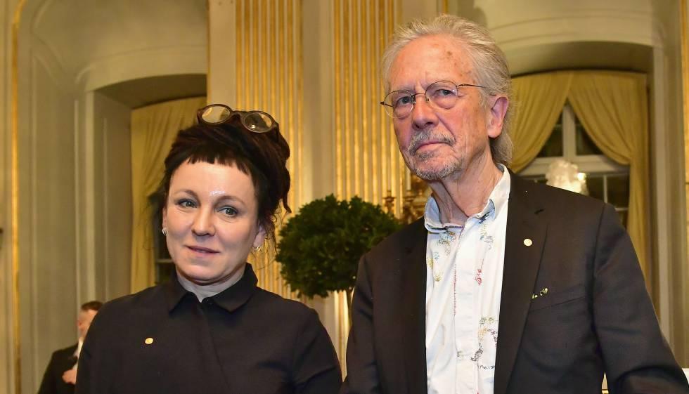 La escritora polaca Olga Tokarczuk y el autor austriaco Peter Handke, en Estocolmo tras pronunciar sus discursos por el Premio Nobel de Literatura.