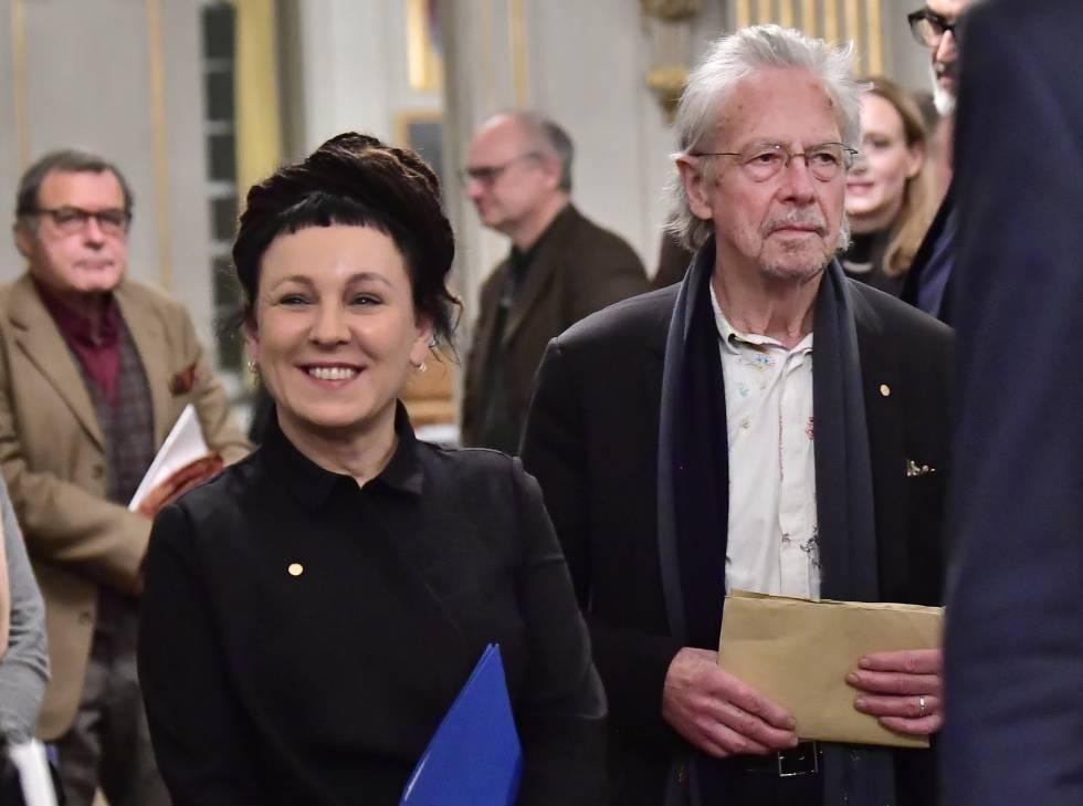 La Nobel de Literatura de 2018, Olga Tokarczuk, y el de 2019, Peter Handke, en Estocolmo.