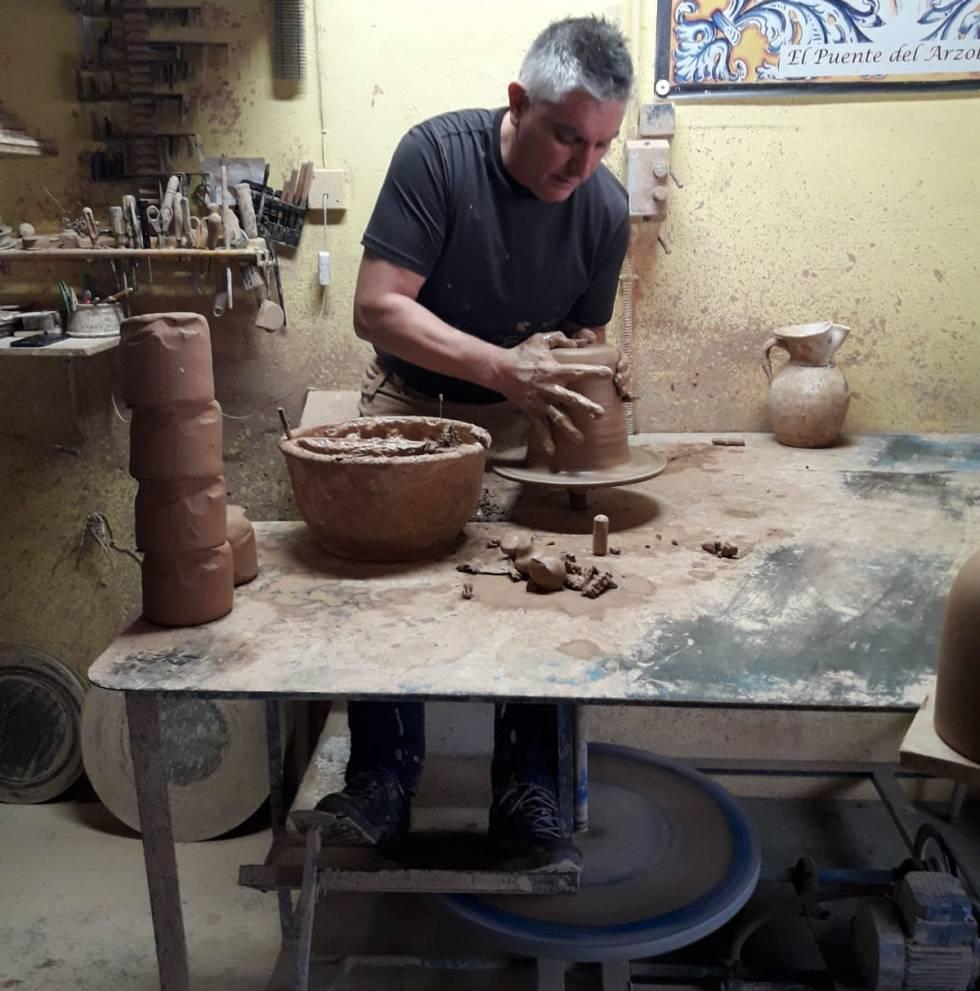 Un artesano trabaja dando forma a una de las piezas, en su taller de Puente del Arzobispo.
