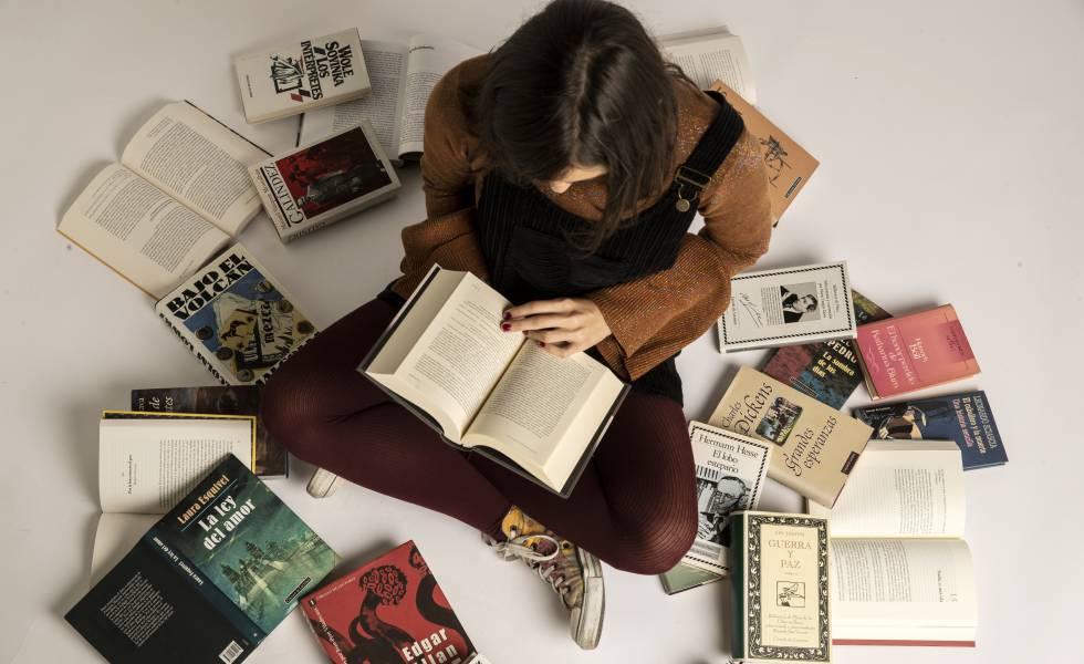 Una joven rodeada de libros del sello Círculo de Lectores.