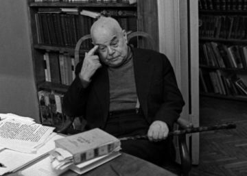 Viktor Shklovski, en su despacho en su casa en Moscú a inicios de los setenta.