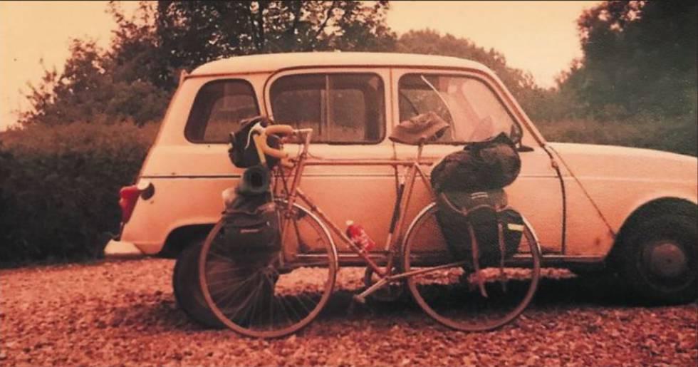 La bicicleta con la que Hugh Elliott quiso llegar a Burgos, ante su primer coche.