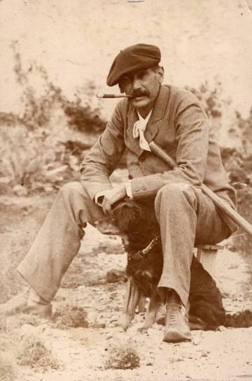 Benito Pérez Galdós, en la finca familiar de Los Lirios en Gran Canarias en 1894.