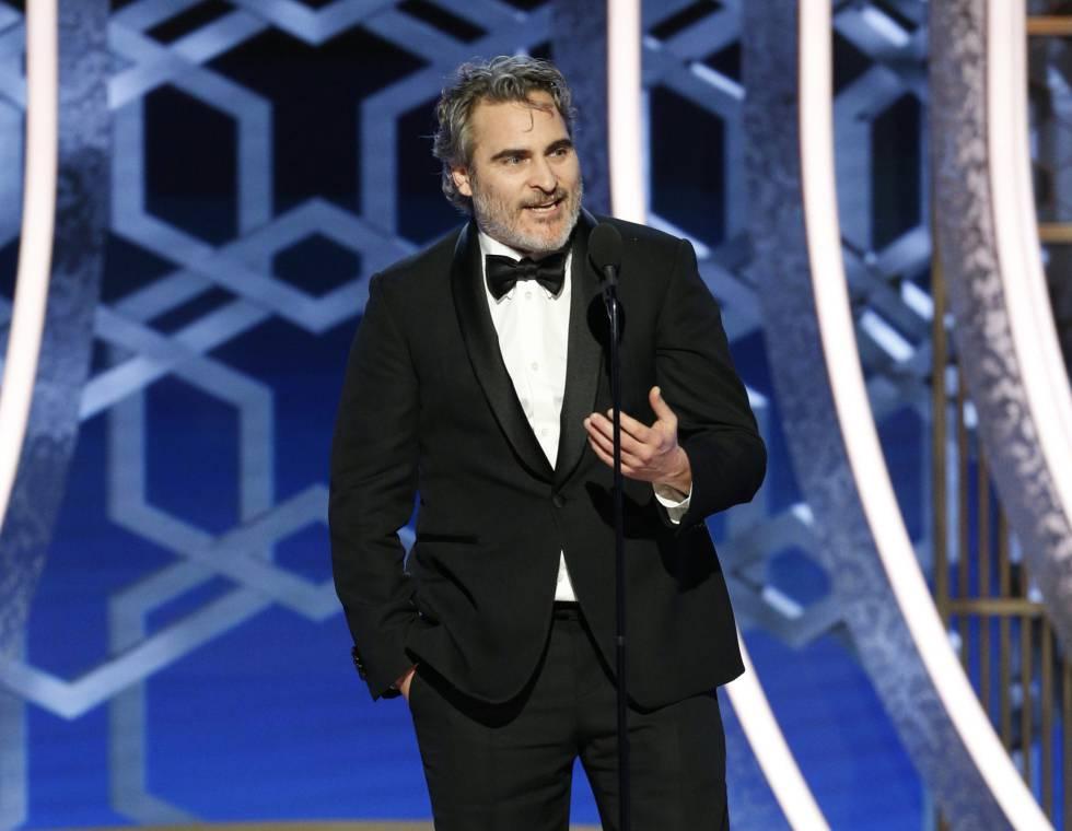 Joaquin Phoenix recoge el premio al mejor actor.