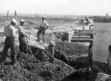 Workers working on the hill of the Carabolo in 1958, after the discovery of the treasure
