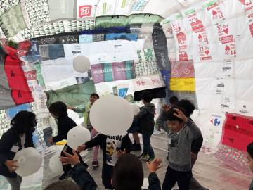 Messiah students developed igloos with plastic bags, an installation around climate change that they showed at the María Pita square in A Coruña.