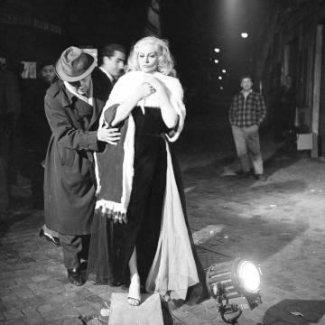 Federico Fellini, con Anita Ekberg, en el rodaje de 'La dolce vita' en 1959.