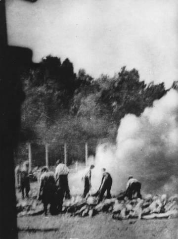 Cremación en Auschwitz, sobre 1943.