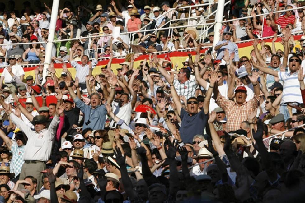 Parte del público de Las Ventas protesta durante un lance de la lidia.