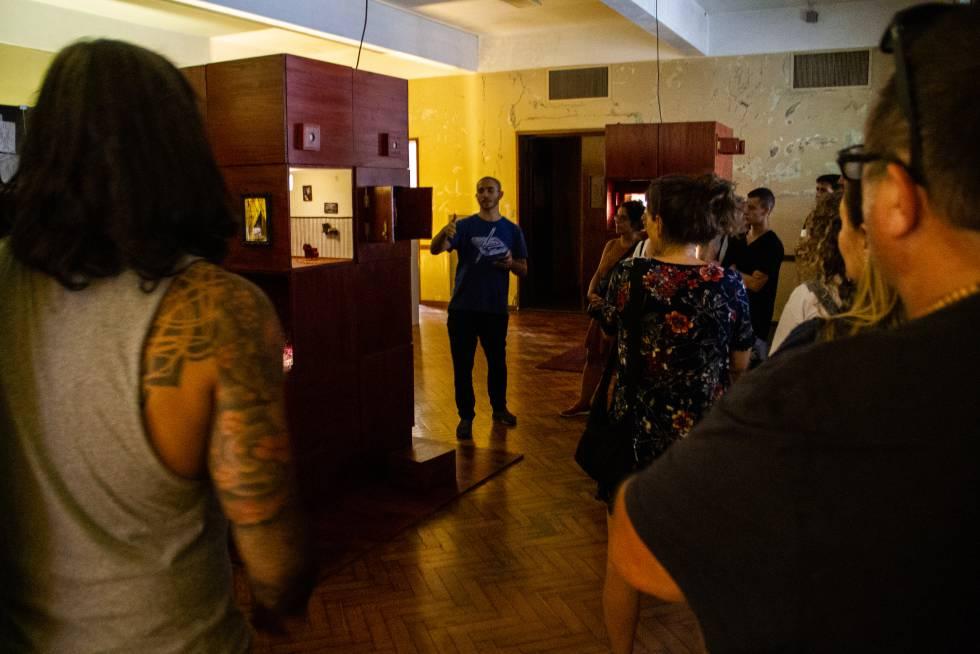 Ezequiel Yrurtia guía la visita a su exposición 'La gorda Silvia, mi abuela'.