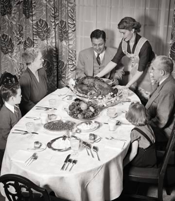 Cena familiar en 1950.
