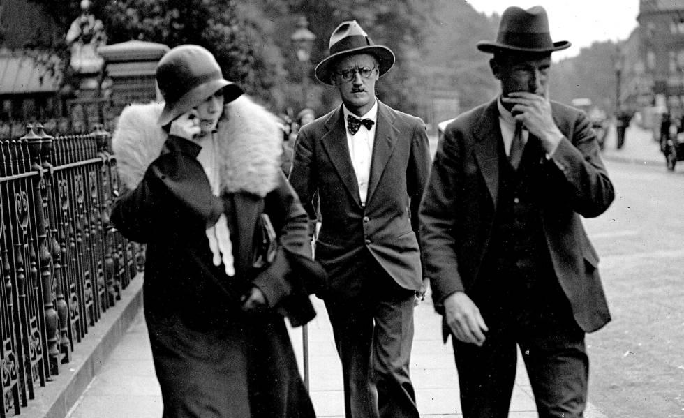 James Joyce (centro) el día de su boda con Nora Barnacle, en Londres en 1931.