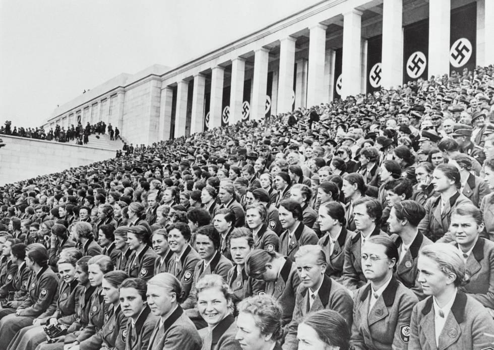 Mujeres en un mitin nazi en estadio Zeppelin en una imagen sin datar.