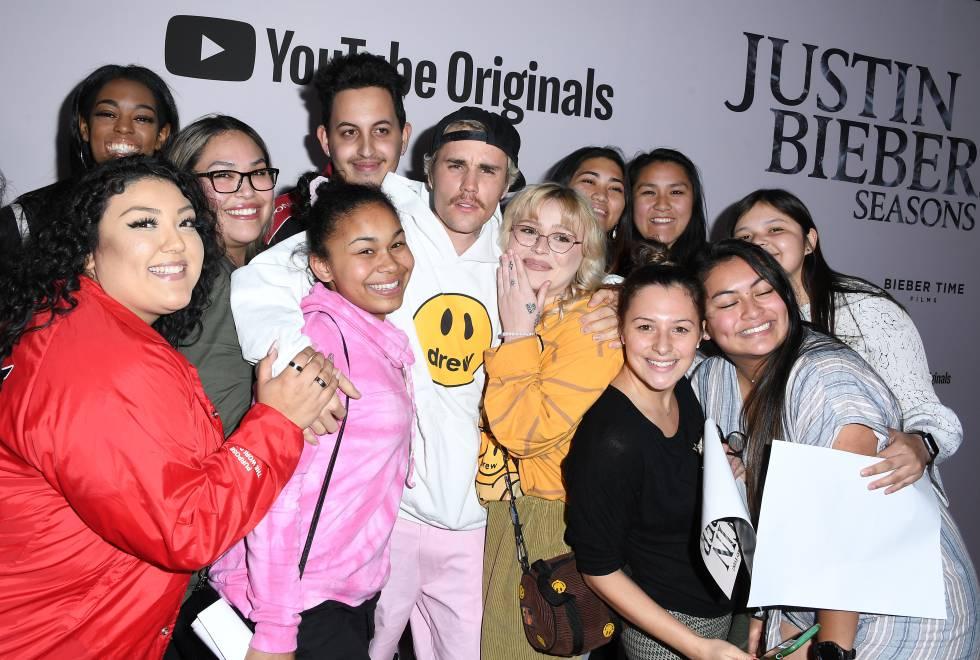 Justin Bieber posa con sus seguidores en la presentación de 'Seasons' en Los Ángeles, el 27 de enero.  STEVE GRANITZ (WIREIMAGE)