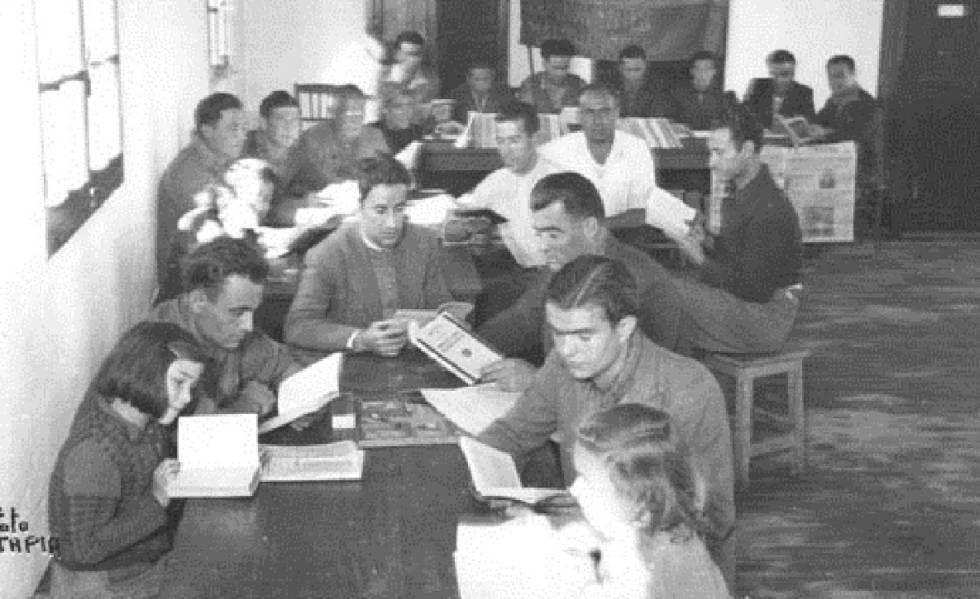 Refugiados españoles en la biblioteca de Villa Don Quichote de Toulouse, antiguo campo de Récébédou, 29 de octubre de 1945.