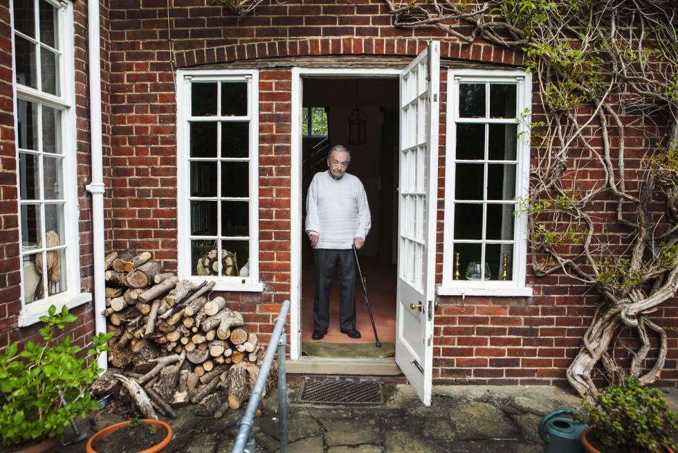 George Steiner en la puerta de su casa en Cambridge en 2016.
