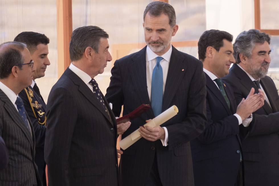 El Rey, junto al teniente de hermano mayor de la Real Maestranza; a la derecha, el presidente de la Junta de Andalucía y el ministro de Cultura.