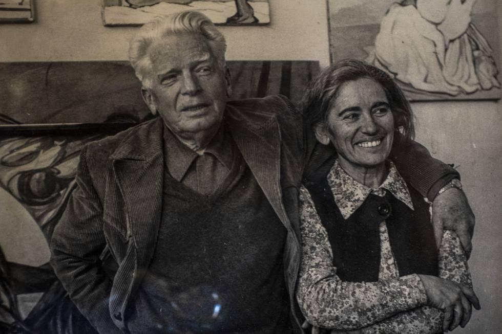 Pablo O 'Higgins and María de Jesús de la Fuente O' Higgins in the study of their house in Coyoacán