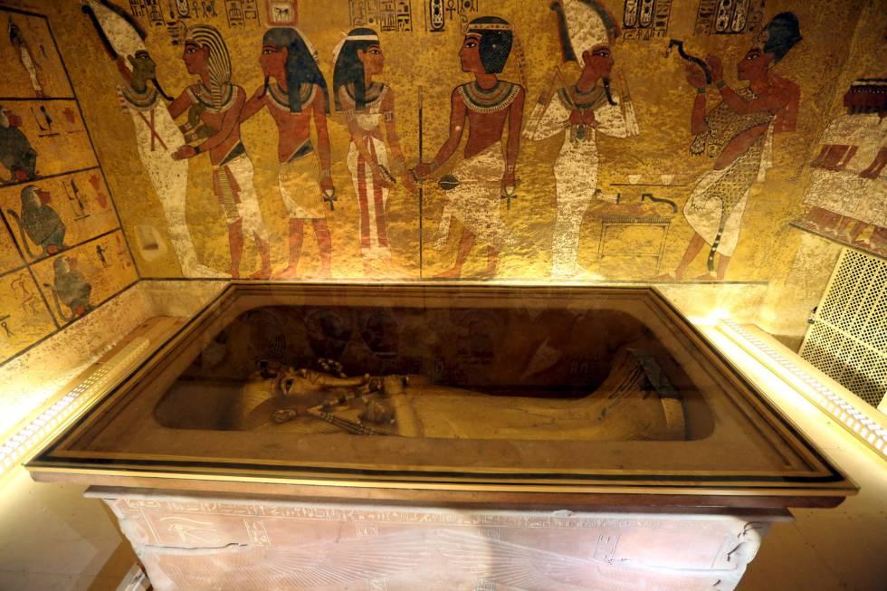 La cámara funeraria de la tumba de Tutankamón, en el Valle de los Reyes, con el sarcófago y dentro uno de los ataúdes del faraón.