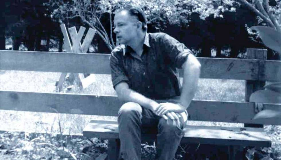 Phiip K. Dick, en un banco de su casa en Point Reyes Station, en la década de los 60.