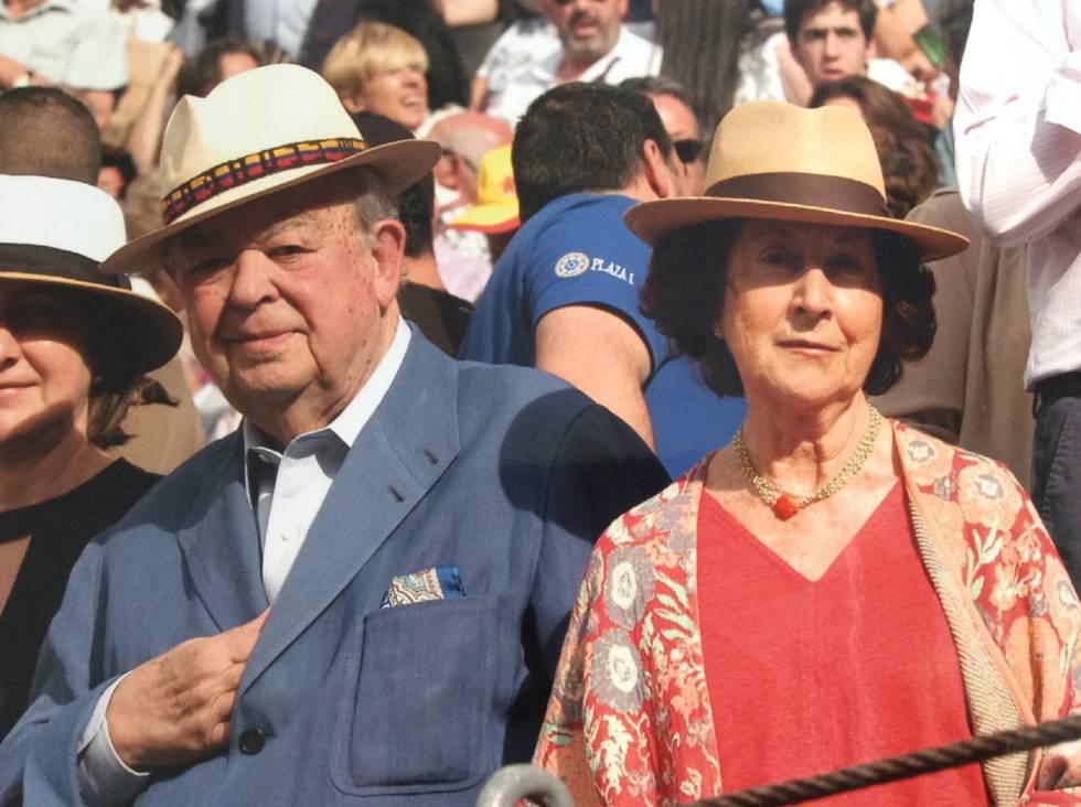 Antonio Álvarez Barrios and his wife, María Corral, at a barrier in Las Ventas square.
