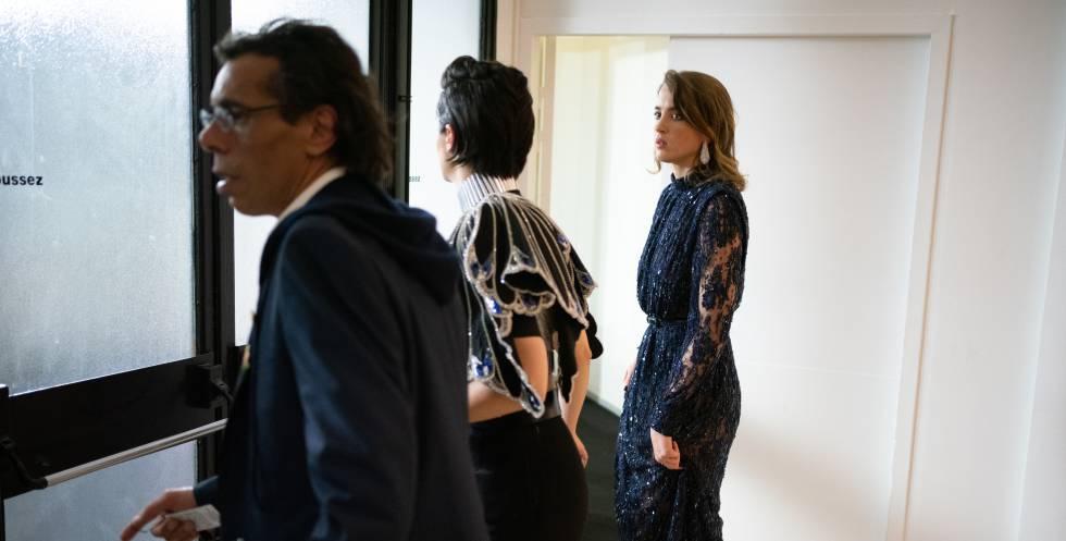 Las actrices Noémie Merlant (en el centro) y Adèle Haene (a la derecha) abandonan la gala tras conocer el galardón a Polanski, este viernes.