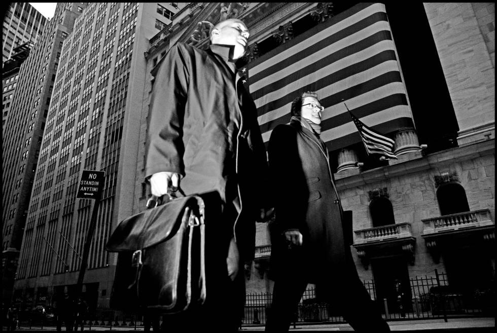 Dos transeúntes pasan frente a la Bolsa de Nueva York en 2008, año de comienzo de la Gran Recesión.