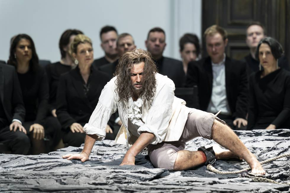 Jonas Kaufmann (Florestan), surrounded by spectators in the initial aria of the second act.