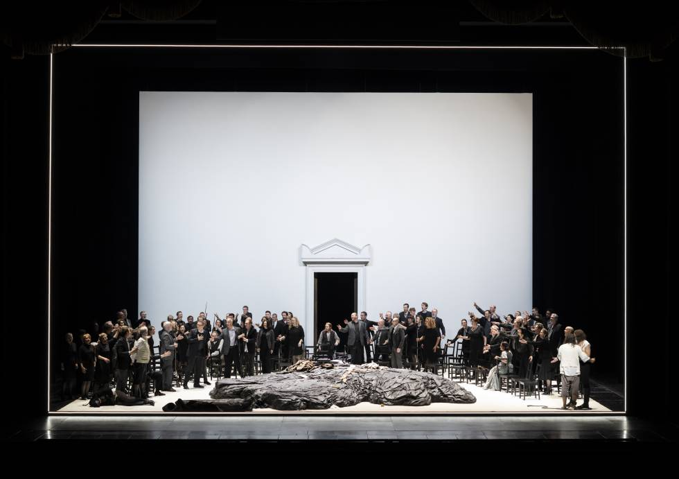 The people take up arms at the end of the second act of 'Fidelio'.