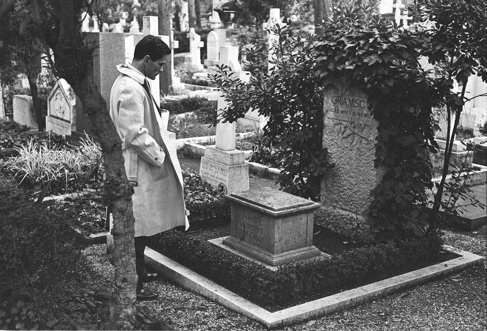 Pier Paolo Pasolini, frente a la tumba de Antonio Gramsci, en 1970.