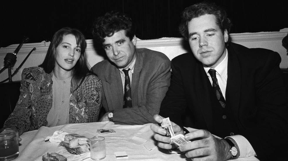 La modelo Marla Hanson con los autores Jay McInerney y Bret Easton Ellis, en Nueva York en 1990.