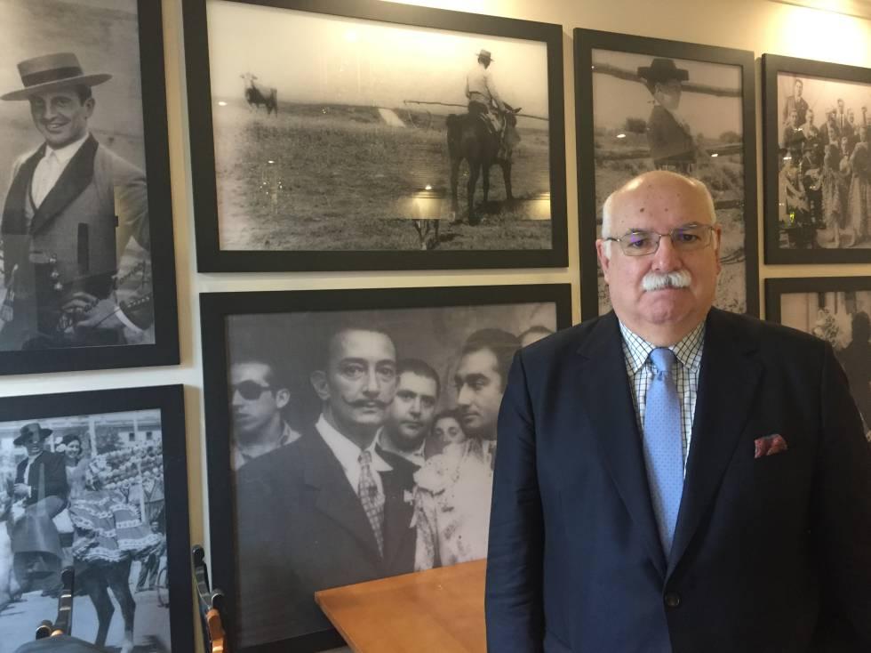 Rafael Cabrera, rodeado de fotos taurinas.
