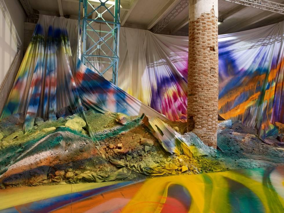 La instalación 'Untitled Trumpet', de Katharina Grosse, en la Bienal de Venecia de 2015.