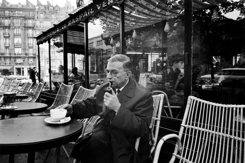 El escritor Jean-Paul Sartre, en una terraza del barrio parisiense de Montparnasse, en 1966.