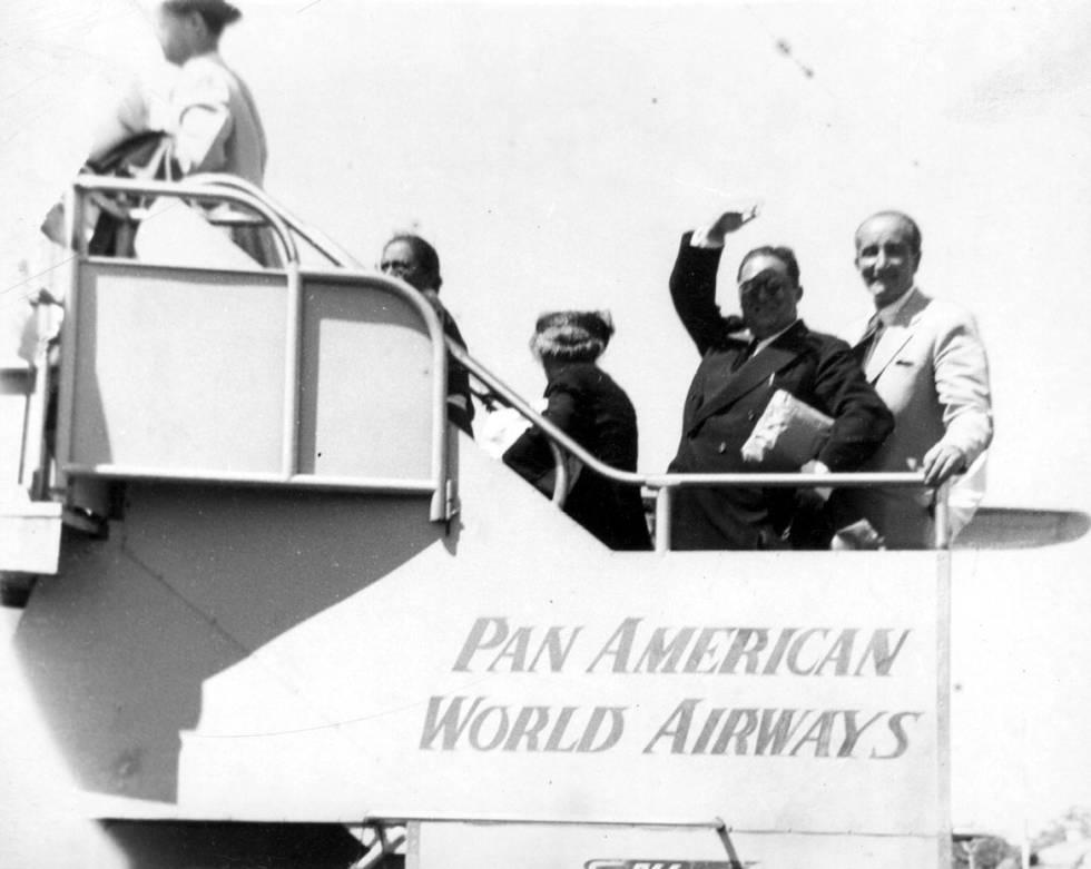 Agustín de Foxá y Leopoldo Panero, subiendo a un avión, en una imagen no fechada.